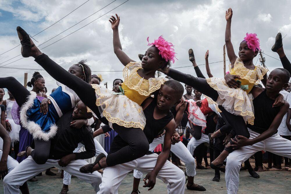 Co si svět zapamatuje ze třetího adventního týdne: záblesky radosti, hněvu, ohňostrojů, požárů a protestů