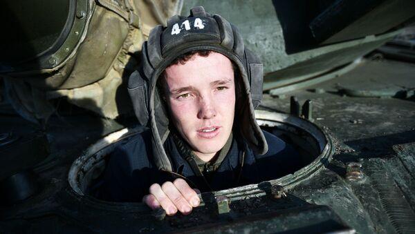 Důstojník pobřežní obrany Černomořské flotily v tanku T-72B3 - Sputnik Česká republika