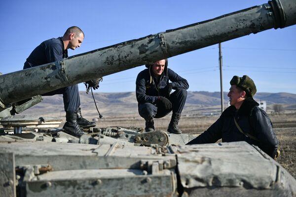 Vojáci pobřežní obrany Černomořské flotily u tanku T-72B3 - Sputnik Česká republika