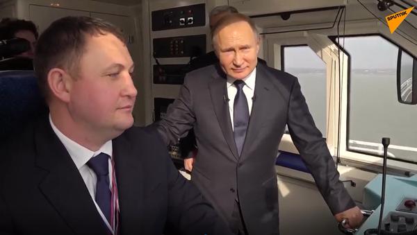 Video: Putin v kabině strojvedoucího slavnostně otevřel Krymský most a jako první jím projel - Sputnik Česká republika