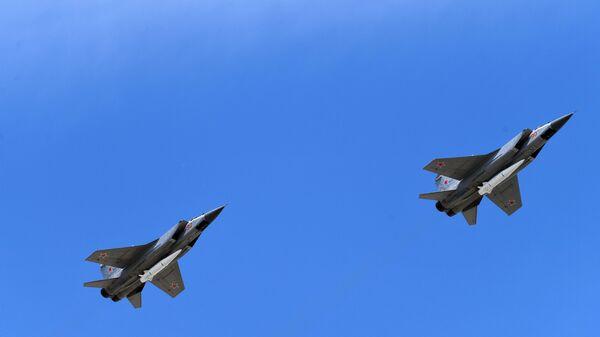 Stíhačky MiG-31 s raketami Kinžal - Sputnik Česká republika