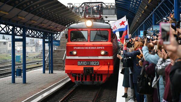 Vlak Tavria, který jel po trase Petrohrad-Sevastopol, na nádraží v Sevastopolu - Sputnik Česká republika
