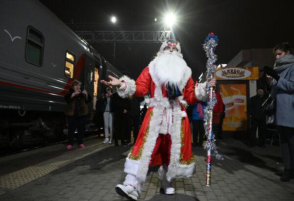 Muž v kostýmu Děda Mráze u vlaku - Sputnik Česká republika