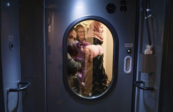 Cestující ve vlaku Tavria - Sputnik Česká republika