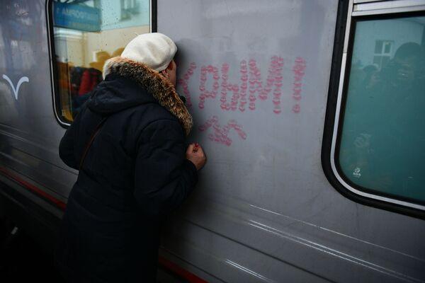 Žena líbá vlak Tavria - Sputnik Česká republika