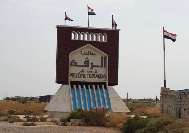 Syrské vlajky v Rakce