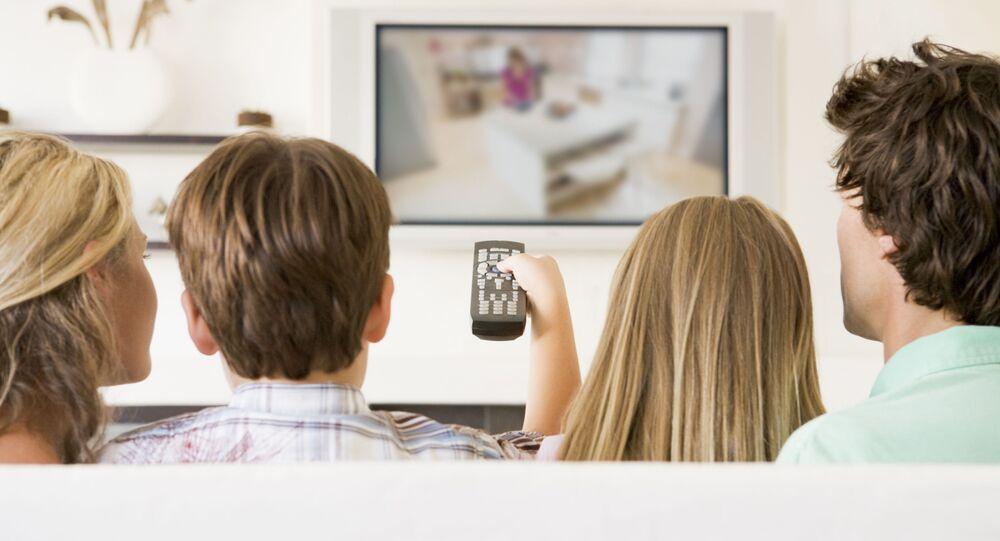 Rodina sleduje televizní pořad. Ilustrační foto
