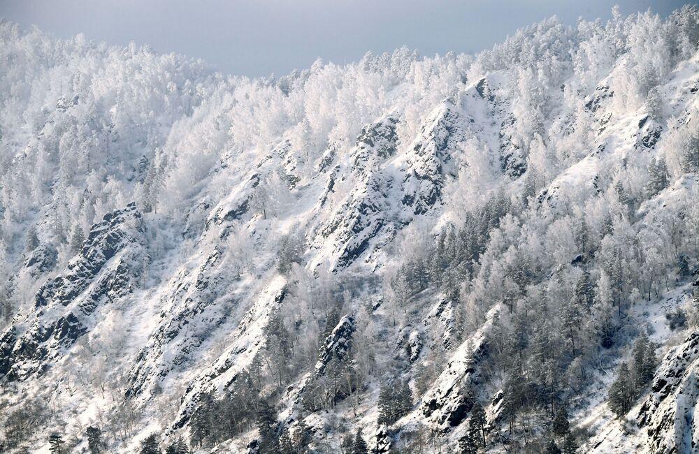 Zasněžený břeh řeky Jenisej nedaleko města Divnogorsk