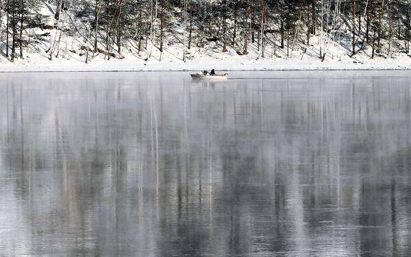 Rybářská loď na řece Jenisej nedaleko města Divnogorsk - Sputnik Česká republika