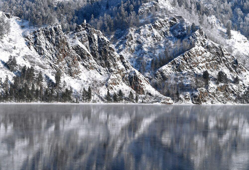 Zasněžený strmý břeh řeky Jenisej