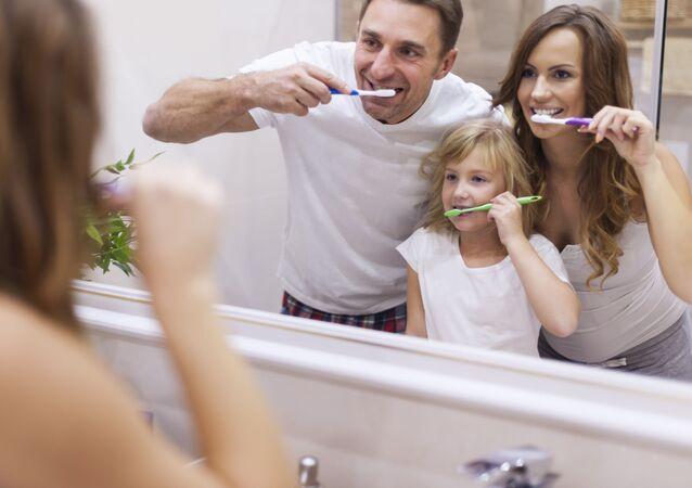 Rodina si čistí zuby