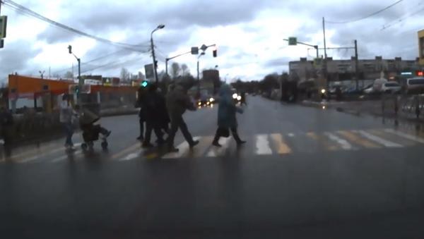 Žena se jen stěží zachránila před semaforem padajícím na silnic - Sputnik Česká republika