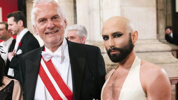 Rakouský byvalý ministr spravedlnosti Josef Moser a Conchita Wurst na vídeňském plese - Sputnik Česká republika