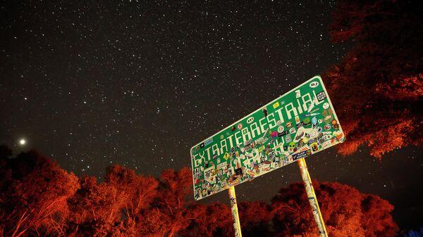 Dálniční ukazatel na trase 375 (dálnice UFO), která vede do Oblasti 51 v USA - Sputnik Česká republika