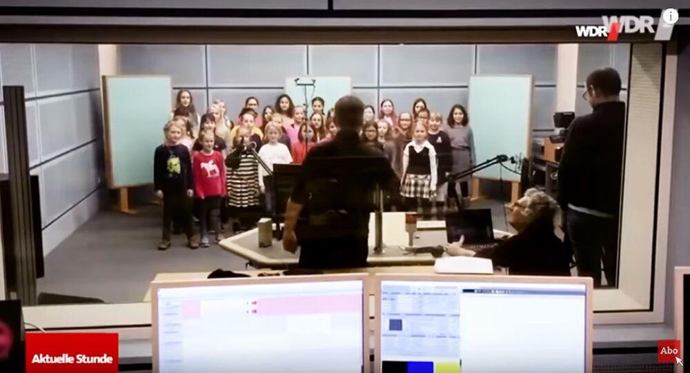 Dětský sbor v Německu, který zazpíval výchovnou písničku o babičce