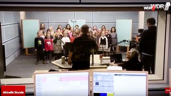 Dětský sbor v Německu, který zazpíval výchovnou písničku o babičce - Sputnik Česká republika