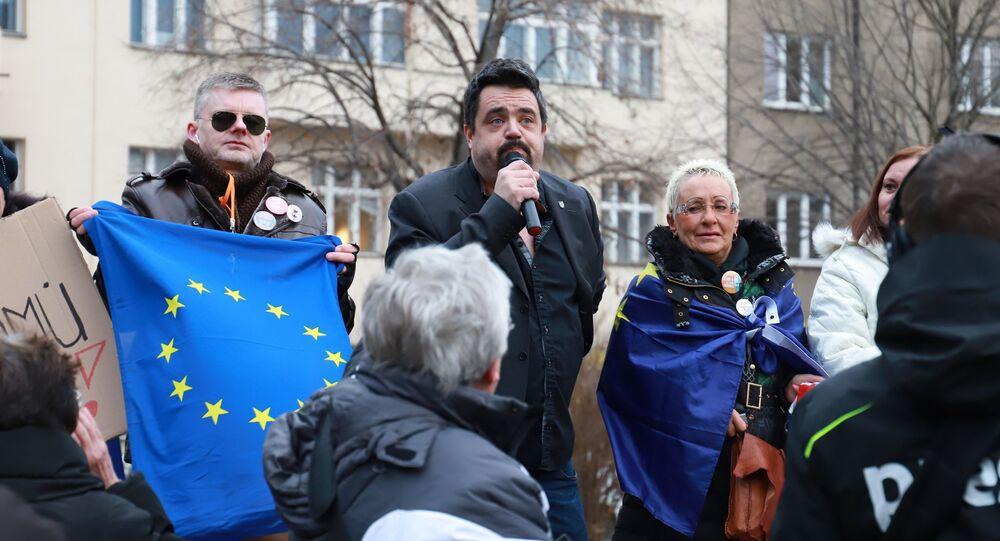 Demonstrace odpůrců sochy maršála Koněva