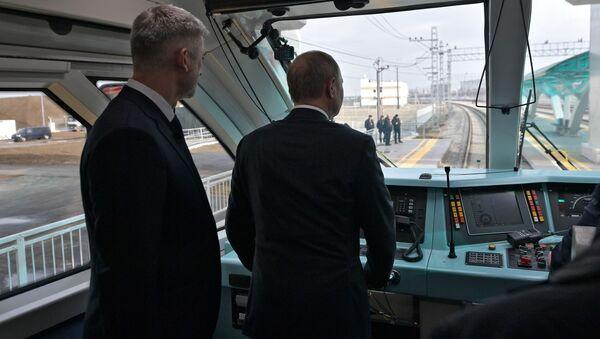 Ruský prezident Vladimir Putin v kabině vlaku, který poprvé pojede přes Krymský most - Sputnik Česká republika