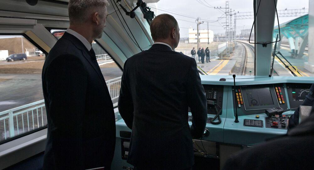 Ruský prezident Vladimir Putin v kabině vlaku, který poprvé pojede přes Krymský most