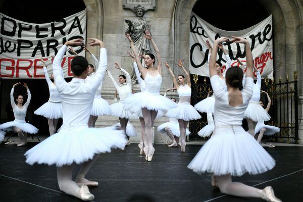 Baleríny před budovou Opéra Garnier v Paříži protestují proti důchodové reformě ve Francii - Sputnik Česká republika