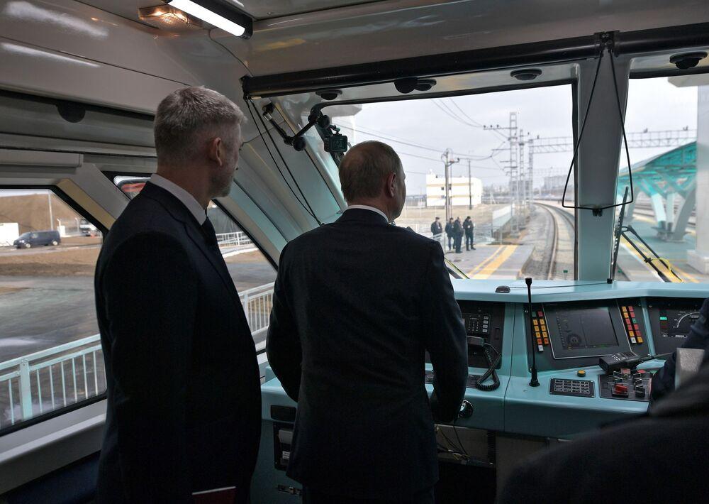 Ruský prezident Vladimir Putin v kabině prvního vlaku, který projel přes Krymský most
