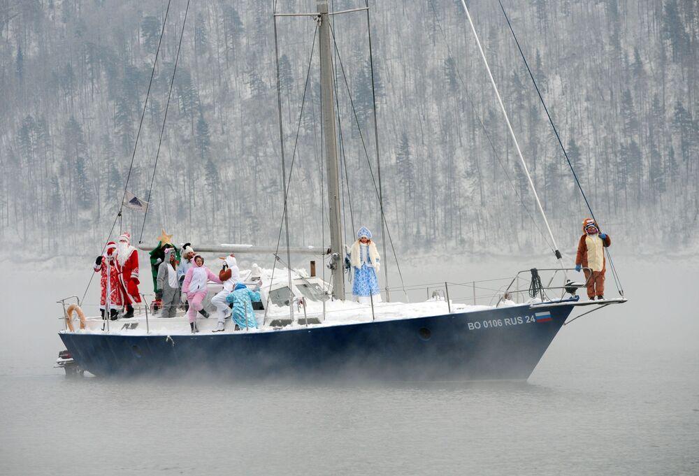 Členové plachetního klubu Skipper ve svátečních kostýmech na řece Jenisej u Krasnojarska