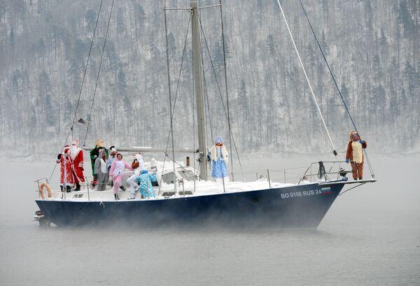 Členové plachetního klubu Skipper ve svátečních kostýmech na řece Jenisej u Krasnojarska - Sputnik Česká republika