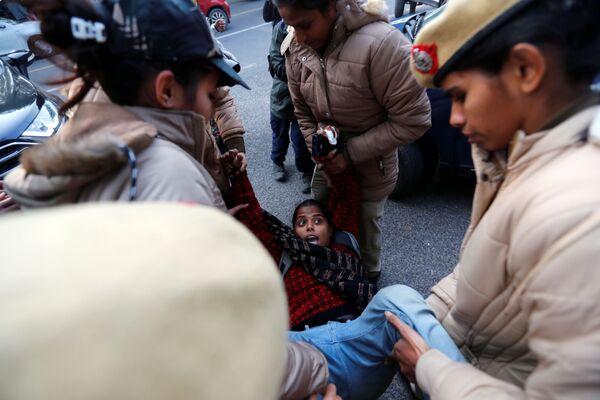 Policie v Indii zadržela demonstrantku během protestní akce proti přijetí zákona o občanství - Sputnik Česká republika