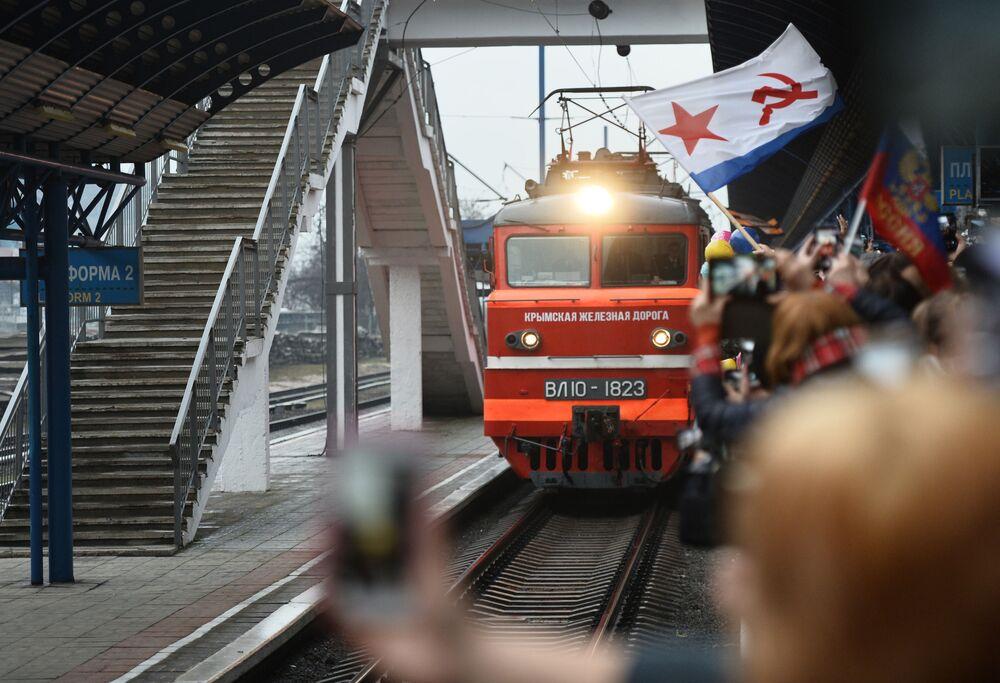 Vlak Tavrija přijíždí z Petrohradu do Sevastopolu