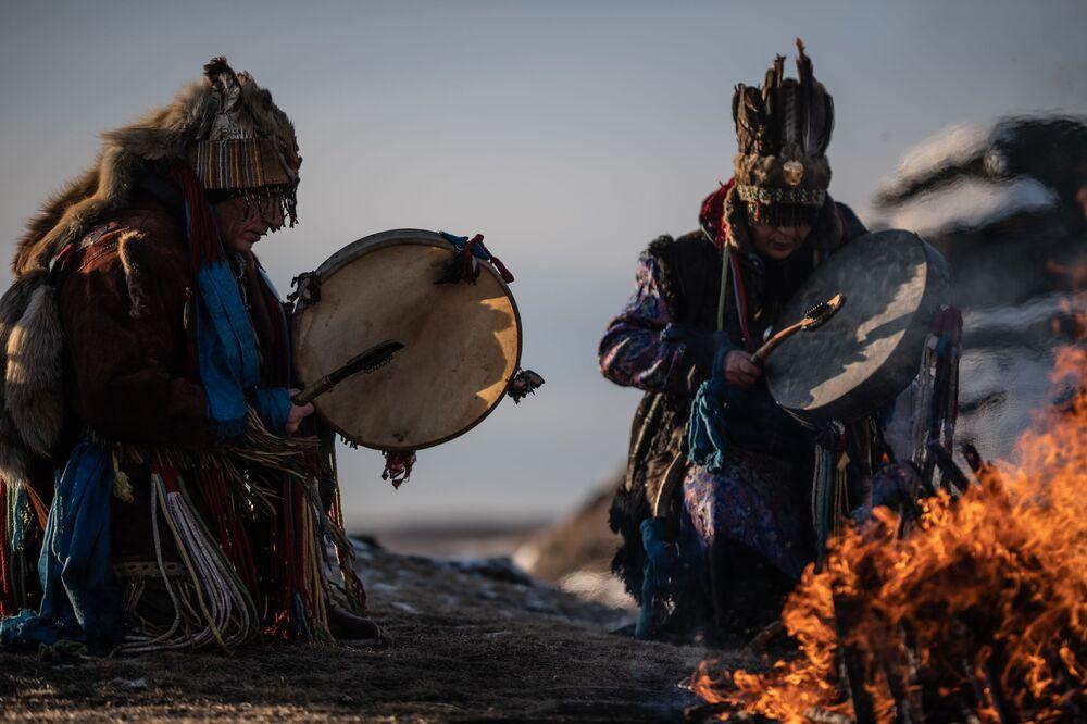 Šamanský rituál na břehu jezera Velké Allaki v Čeljabinské oblasti