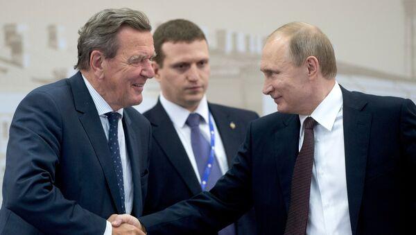 Bývalý německý kancléř Gerhard Schröder a ruský prezident Vladimir Putin během 20. ročníku Petrohradského mezinárodního ekonomického fóra v roce 2016 - Sputnik Česká republika