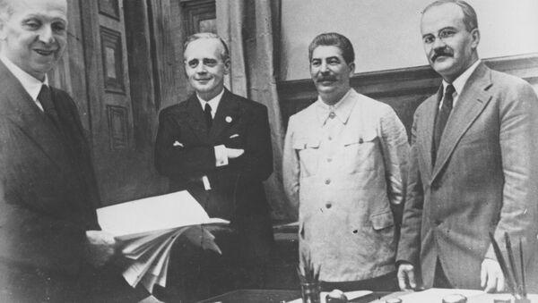 Podpis dohody o neútočení mezi Německem a Sovětským svazem 23. srpna 1939 v Moskvě. Na snímku jsou zachyceny sovětský komisař pro zahraniční vztahy Vjačeslav Molotov, generální tajemník Komunistické strany Josif Stalin, německý ministr zahraničí  Joachim von Ribbentrop a státní tajemník německého ministerstva zahraničí Friedrich Gaus - Sputnik Česká republika