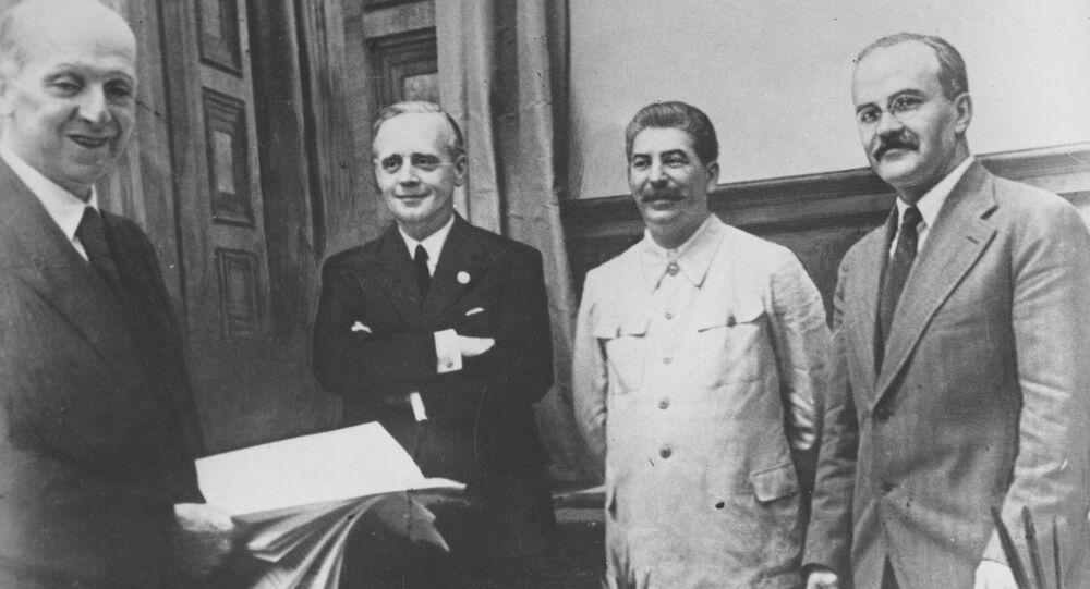 Podpis dohody o neútočení mezi Německem a Sovětským svazem 23. srpna 1939 v Moskvě. Na snímku jsou zachyceny sovětský komisař pro zahraniční vztahy Vjačeslav Molotov, generální tajemník Komunistické strany Josif Stalin, německý ministr zahraničí  Joachim von Ribbentrop a státní tajemník německého ministerstva zahraničí Friedrich Gaus