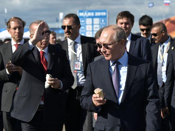 Ruský prezident Vladimir Putin a turecký prezident Recep Tayyip Erdogan se zmrzlinou během návštěvy Mezinárodního leteckého salonu MAKS 2019 - Sputnik Česká republika
