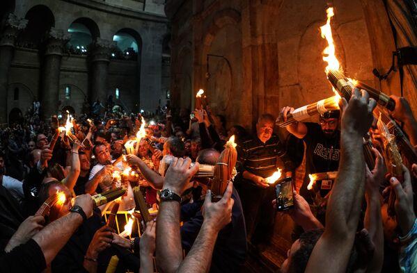 Věřící slaví sestup Svatého ohně v chrámu Božího hrobu - Sputnik Česká republika