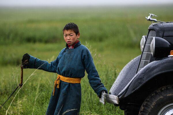 Chlapec vedle automobilu GAZ-M1 na poli, Mongolsko - Sputnik Česká republika