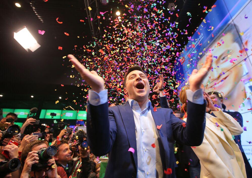 Prezidentský kandidát za Stranu služebníka lidu Volodymyr Zelenskyj ve svém štábu v kongresovém a výstavním centru Parkovyj během vyhlášení prvních výsledků druhého kola voleb prezidenta Ukrajiny