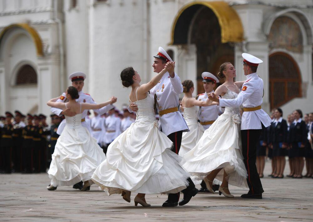 Studenti Suvorovské vojenské školy tančí valčík na promoci absolventů vojenských vysokých škol na Katedrálním náměstí v Kremlu