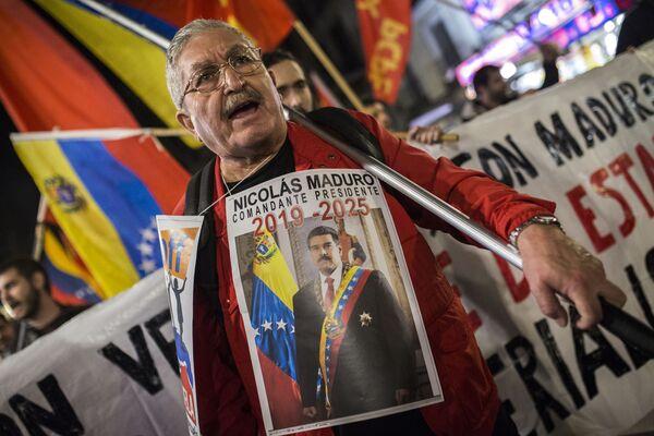 Účastník akce na podporu legitimního venezuelského prezidenta Nicoláse Madura v Madridu - Sputnik Česká republika