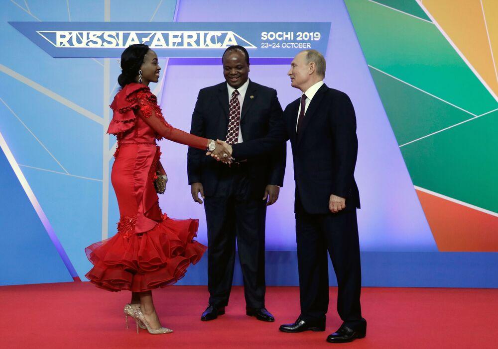 Ruský prezident Vladimir Putin a král e Swatini (Svazijska) Mswati III. s manželkou na rusko-africkém summitu v Soči
