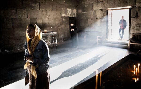 Věřící v Tatevském klášteře v arménské provincii Sjunik - Sputnik Česká republika