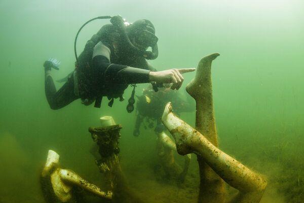 Potápěči plavou pod vodou v Konstantinovském lomu v Tverské oblasti - Sputnik Česká republika