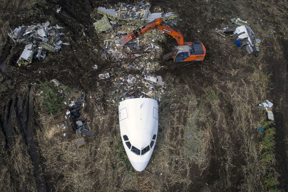 Přípravné práce k odvozu letadla Airbus A321 z místa nouzového přistání v kukuřičném poli u obce Rybaki v Ramenském okresu. 15. srpna letadlo společnosti Ural Airlines (Uralské aerolinie) provedlo úspěšné nouzové přistání v Moskevské oblasti poté, co se do motoru dostali ptáci.