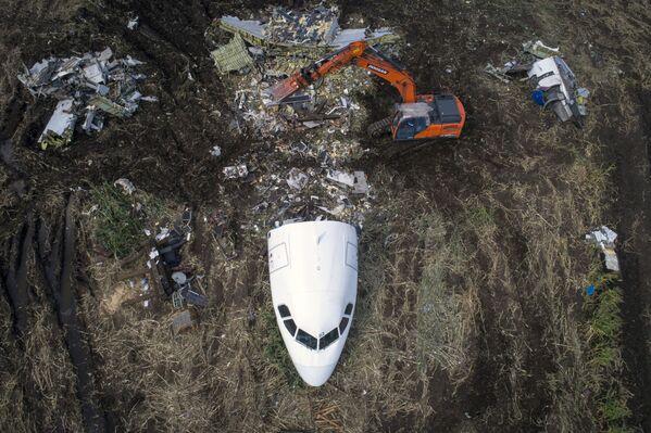 Přípravné práce k odvozu letadla Airbus A321 z místa nouzového přistání v kukuřičném poli u obce Rybaki v Ramenském okresu. 15. srpna letadlo společnosti Ural Airlines (Uralské aerolinie) provedlo úspěšné nouzové přistání v Moskevské oblasti poté, co se do motoru dostali ptáci. - Sputnik Česká republika