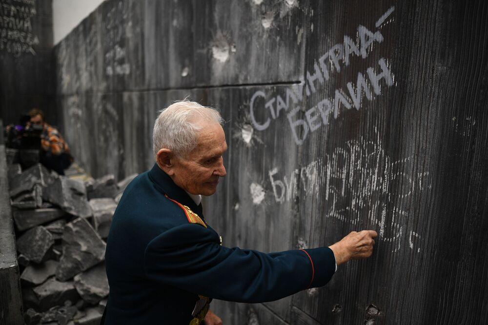Veterán druhé světové války Rostislav Dmitrijevič Biťanov píše na zeď Reichstagu v historicko-uměleckém panoramatu Bitva o Berlín