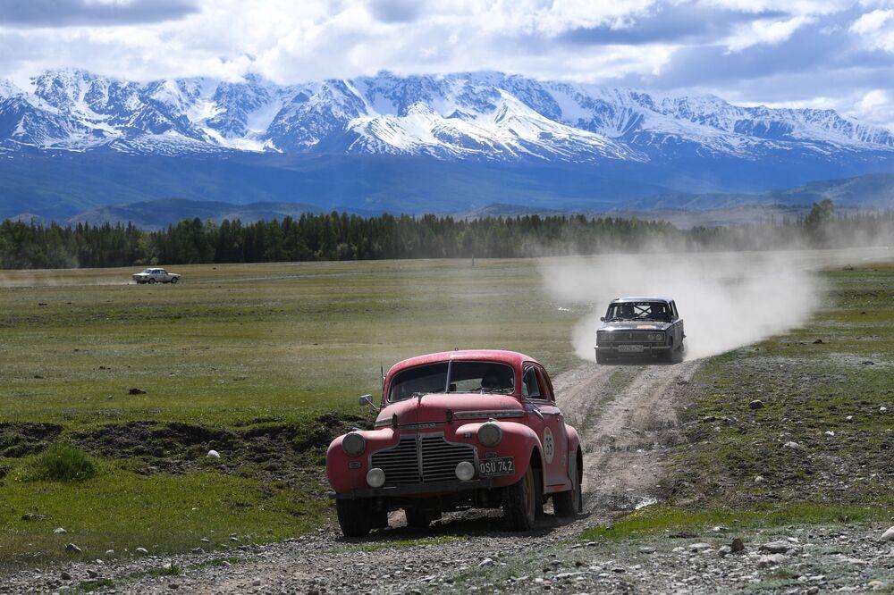 Účastníci mezinárodní rally ve starých automobilech Peking-Paříž 2019 v Altajské republice v automobilech Chevrolet Super Deluxe Coupe (1941) a VAZ-2103 (1972)