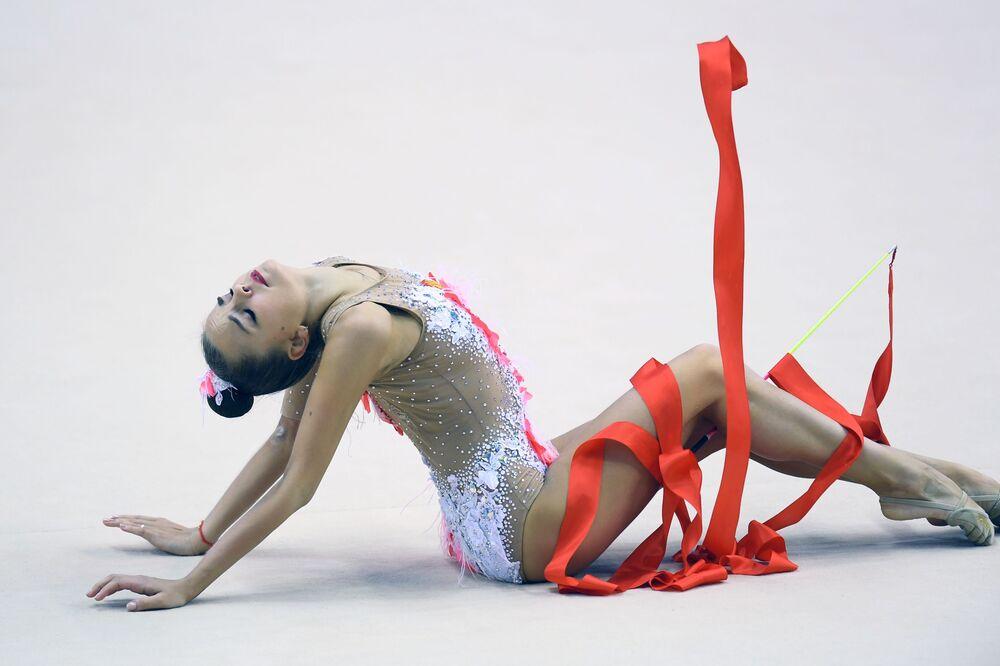 Gymnastka Dina Averinová provádí individuální cvičení se stuhou ve finále etapy Rhythmic Gymnastics Challenge Cup 2019 v Kazani