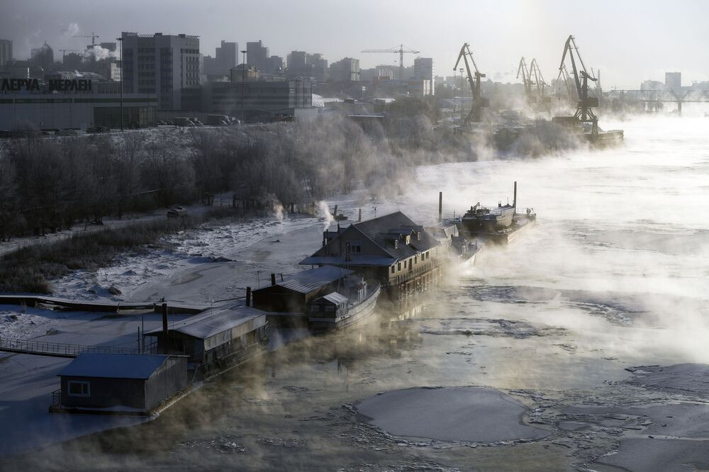 Zakotvené čluny a kavárna na řece Ob v Novosibirsku