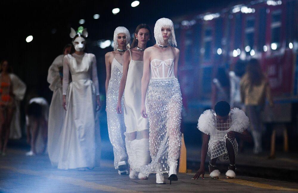 Modelky během přehlídky ALEXANDER ARUTYUNOV na Mercedes-Benz Fashion Week Russia v Moskvě