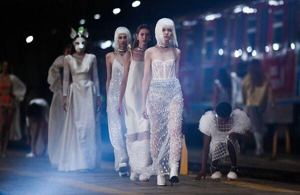Modelky během přehlídky ALEXANDER ARUTYUNOV na Mercedes-Benz Fashion Week Russia v Moskvě - Sputnik Česká republika